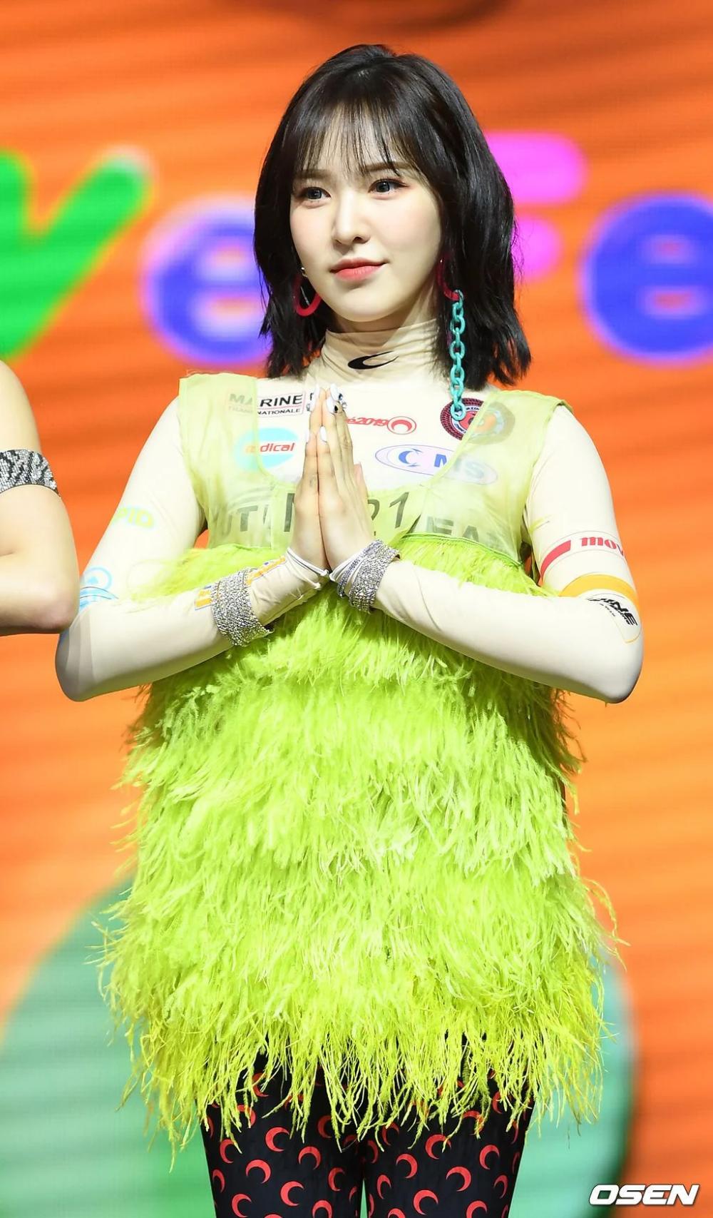 Idol Hàn cũng có những set đồ đi vào lòng đất, ngoài họ ra chắc không ai trên hành tinh này muốn mặc vậy ra đường - Ảnh 1.
