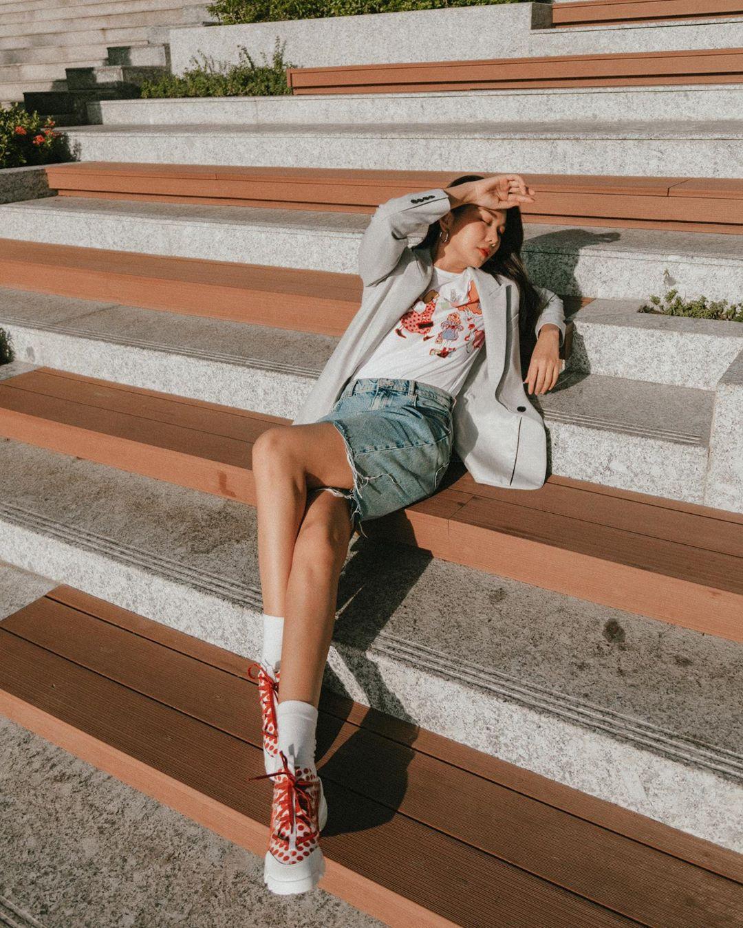 """3 kiểu áo khoác khi trở lạnh được lòng hội chị em tuổi 30+ """"nhà Vbiz"""": Phạm Quỳnh Anh nhìn như idol Kpop, Hà Tăng lại hack tuổi đỉnh cao không thua gái 18 - Ảnh 2."""