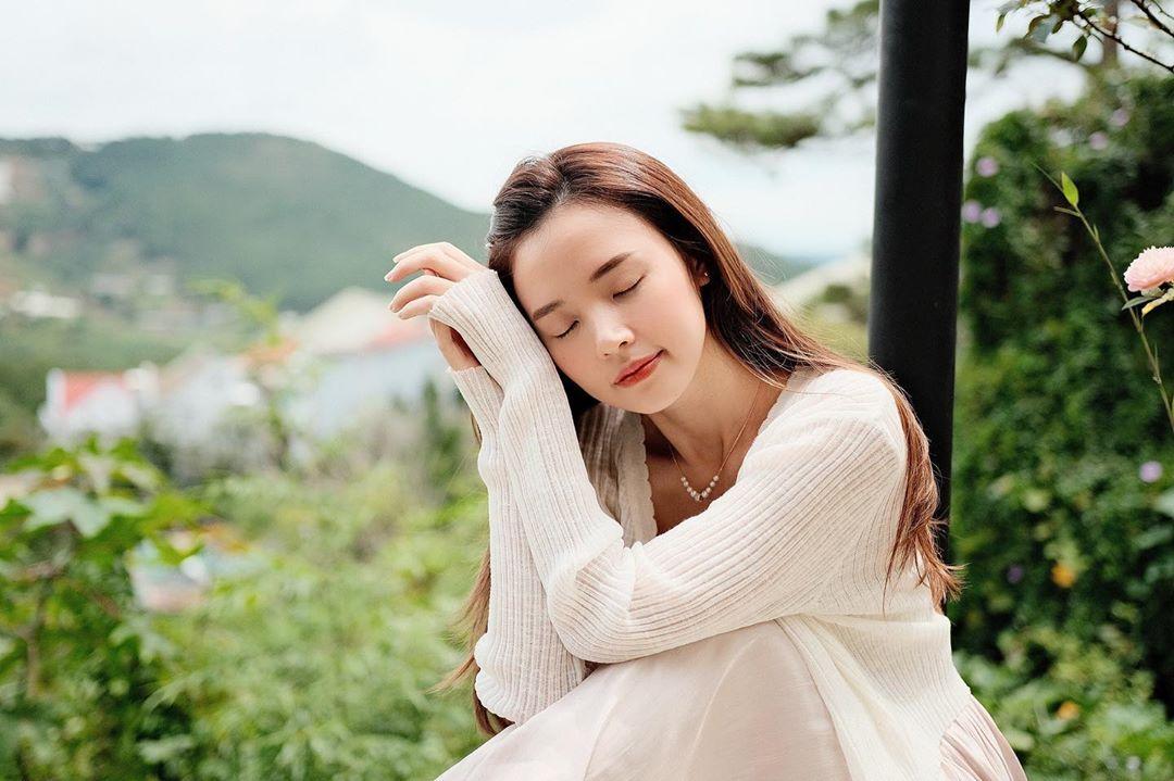 """3 kiểu áo khoác khi trở lạnh được lòng hội chị em tuổi 30+ """"nhà Vbiz"""": Phạm Quỳnh Anh """"buông lơi"""" như idol Kpop, Hà Tăng lại hack tuổi đỉnh cao không thua gái 18 - Ảnh 6."""