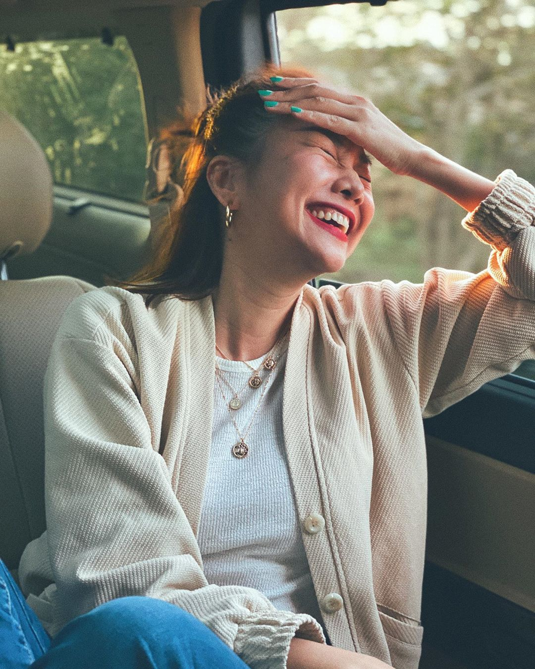 """3 kiểu áo khoác khi trở lạnh được lòng hội chị em tuổi 30+ """"nhà Vbiz"""": Phạm Quỳnh Anh nhìn như idol Kpop, Hà Tăng lại hack tuổi đỉnh cao không thua gái 18 - Ảnh 6."""