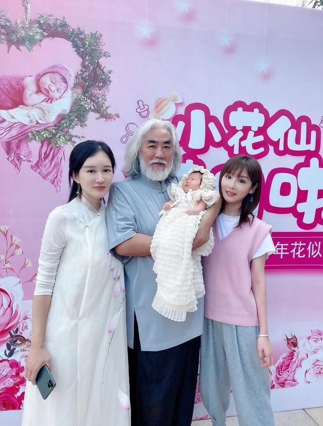 """Vợ """"nhí"""" kém 36 tuổi của """"ông trùm phim Kim Dung"""": Nhan sắc tuổi 30 xinh tựa thần tiên tỉ tỉ, mê đồ cổ trang - Ảnh 2."""