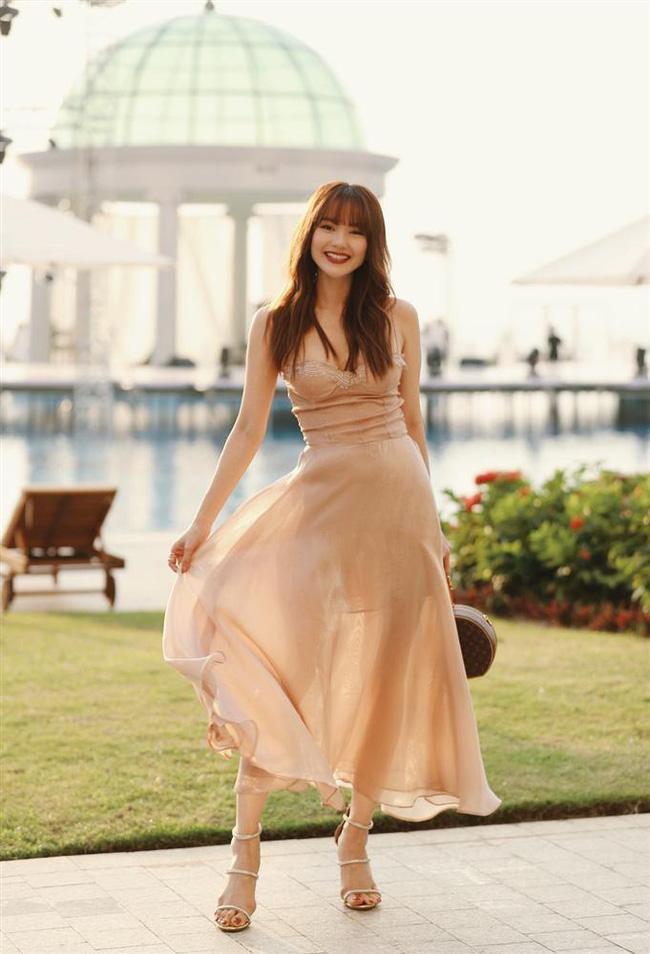 """2 lần Minh Hằng diện váy phô diễn vòng 1 khi dự đám cưới: Bộ váy diện tại lễ cưới Đông Nhi nhìn nền nã hóa ra cũng nhiều phen """"hú hồn"""" - Ảnh 3."""