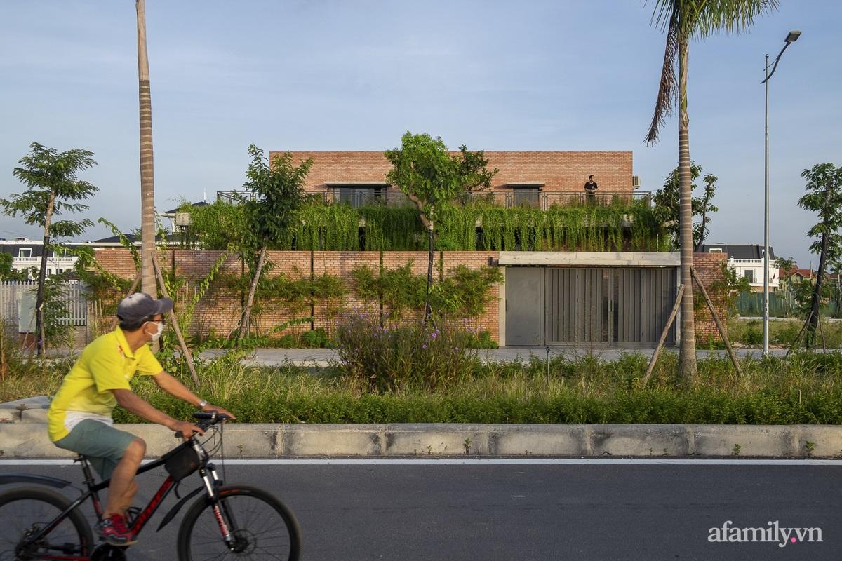 ngoi nha gach 1 1602555643625872872697 - Ngôi nhà gạch 400m² ấn tượng với sự kết hợp giữa gạch nung và cây leo ở Quảng Ninh