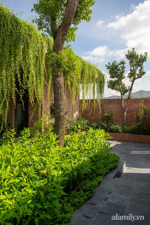 ngoi nha gach 12 16025556446011489704100 - Ngôi nhà gạch 400m² ấn tượng với sự kết hợp giữa gạch nung và cây leo ở Quảng Ninh