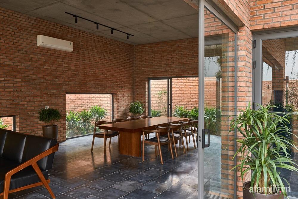ngoi nha gach 18 16025556449631544559694 - Ngôi nhà gạch 400m² ấn tượng với sự kết hợp giữa gạch nung và cây leo ở Quảng Ninh