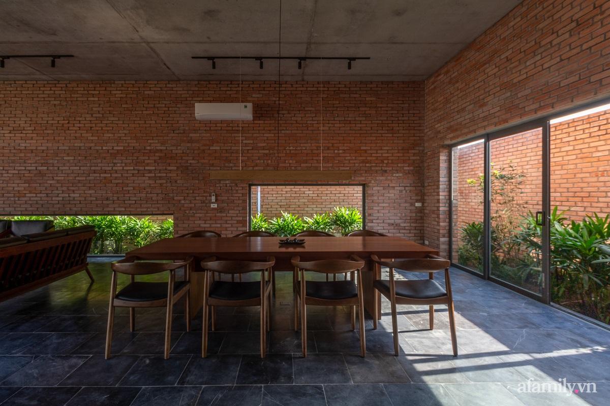 ngoi nha gach 19 1602555644967984152000 - Ngôi nhà gạch 400m² ấn tượng với sự kết hợp giữa gạch nung và cây leo ở Quảng Ninh