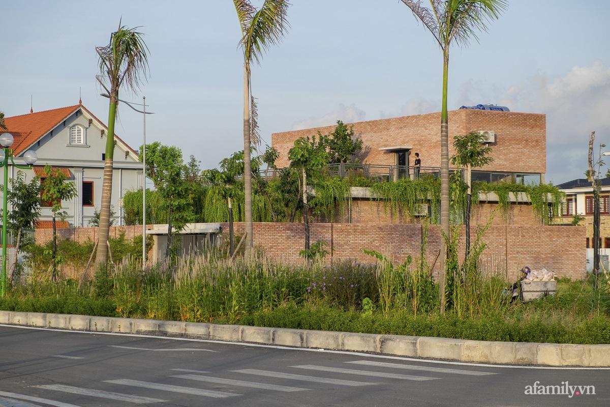 ngoi nha gach 2 1602555643700817489631 - Ngôi nhà gạch 400m² ấn tượng với sự kết hợp giữa gạch nung và cây leo ở Quảng Ninh