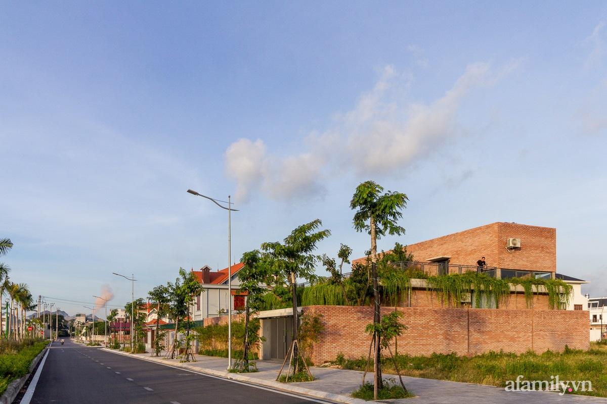 ngoi nha gach 3 16025556437342099005601 - Ngôi nhà gạch 400m² ấn tượng với sự kết hợp giữa gạch nung và cây leo ở Quảng Ninh