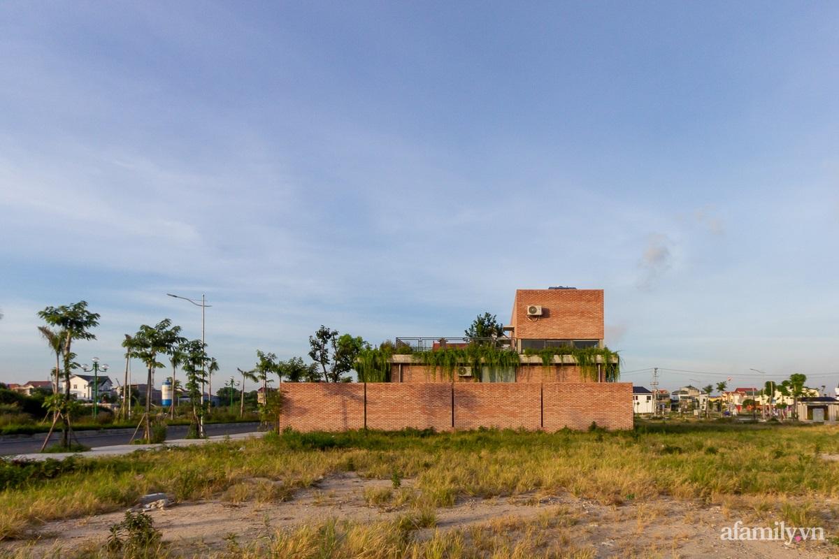 ngoi nha gach 4 1602555643802552863550 - Ngôi nhà gạch 400m² ấn tượng với sự kết hợp giữa gạch nung và cây leo ở Quảng Ninh
