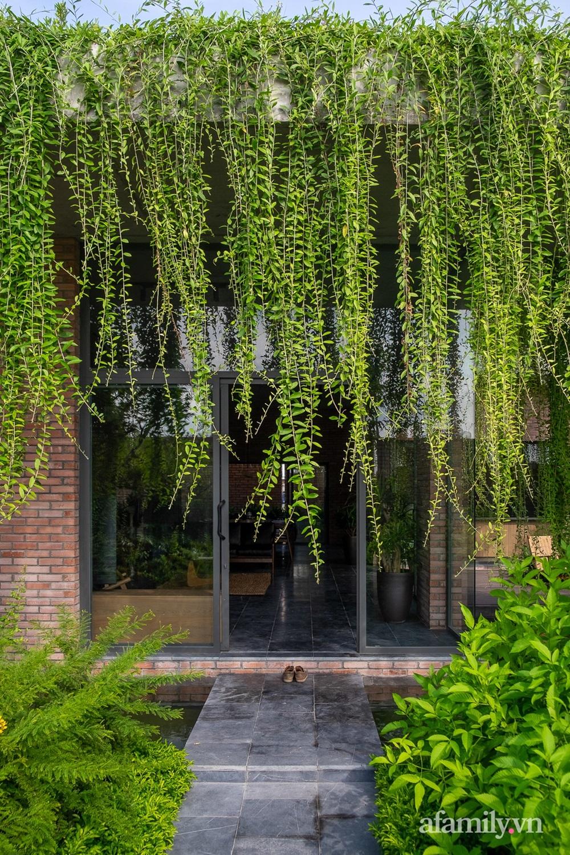 ngoi nha gach 9 1602555644141212003943 - Ngôi nhà gạch 400m² ấn tượng với sự kết hợp giữa gạch nung và cây leo ở Quảng Ninh
