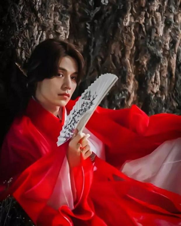 """""""Bạn trai tôi là hồ ly"""": Lee Dong Wook bị tố đạo nhái tạo hình của Địch Lệ Nhiệt Ba trong """"Tam sinh tam thế Chẩm thượng thư"""" - Ảnh 3."""