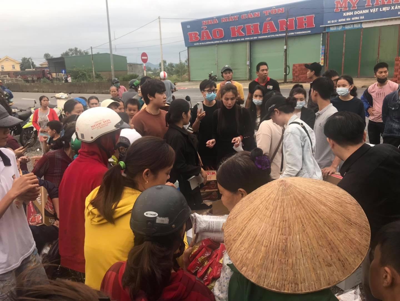 Thủy Tiên livestream đi làm từ thiện ở Huế với khoản cứu trợ 10 tỷ