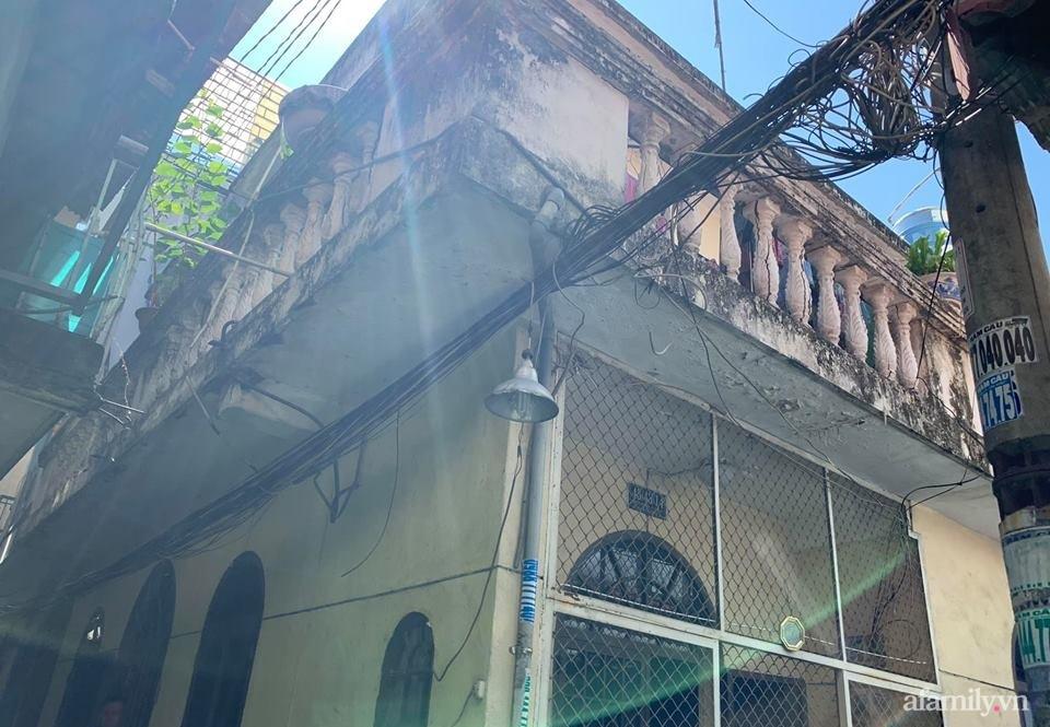 Căn nhà phố cũ kỹ rộng 80m² được cải tạo đẹp tiện nghi với gam màu sáng có chi phí 650 triệu đồng - Ảnh 1.