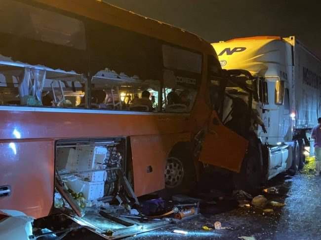 Tai nạn ở Hải Vân khiến hơn 20 người thương vong - Ảnh 1.