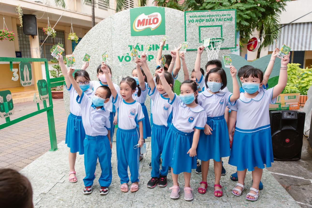 """Hành trình """"xanh hóa"""" từ 4 bước tái sinh vỏ hộp sữa: Bài học vỡ lòng về môi trường cho học sinh mẫu giáo, tiểu học ở TPHCM - Ảnh 1."""