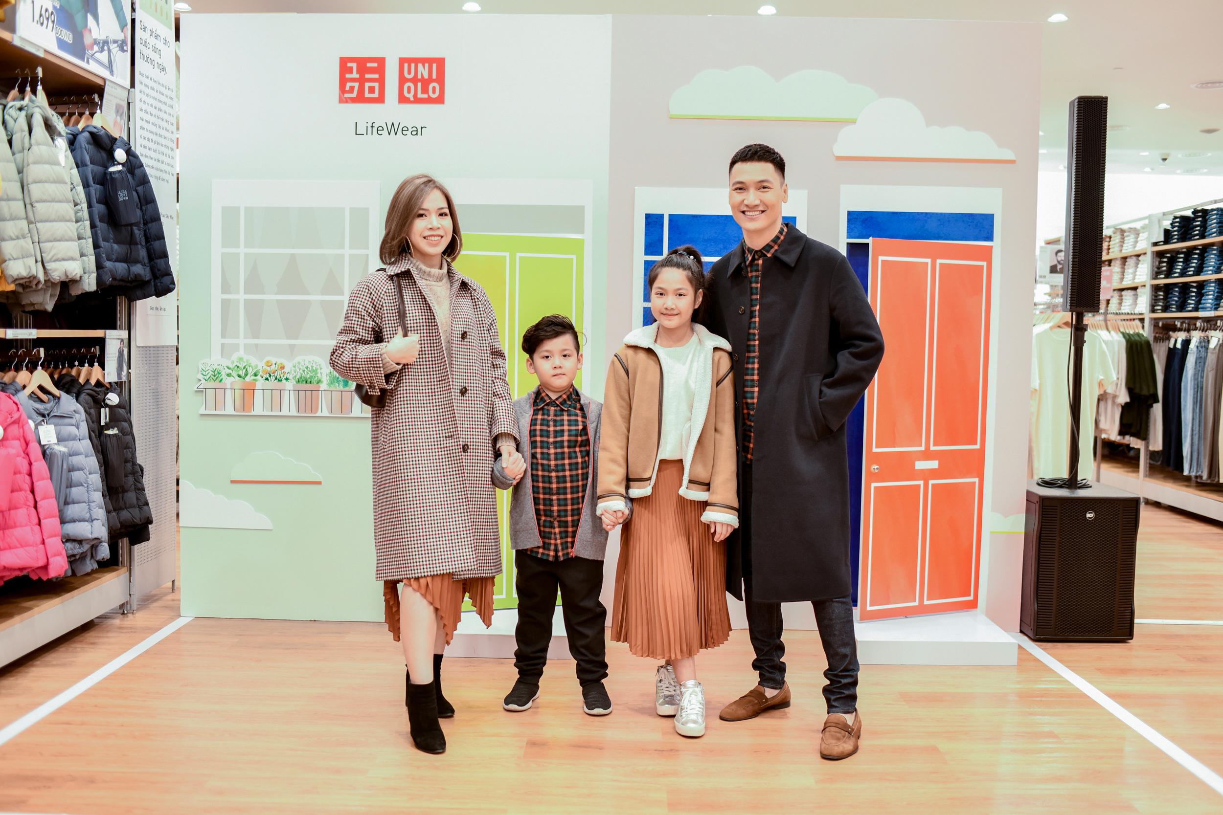 Á hậu Thụy Vân và gia đình diễn viên Mạnh Tường dự khai trước store thứ 3 của UNIQLO tại Hà Nội - Ảnh 1.