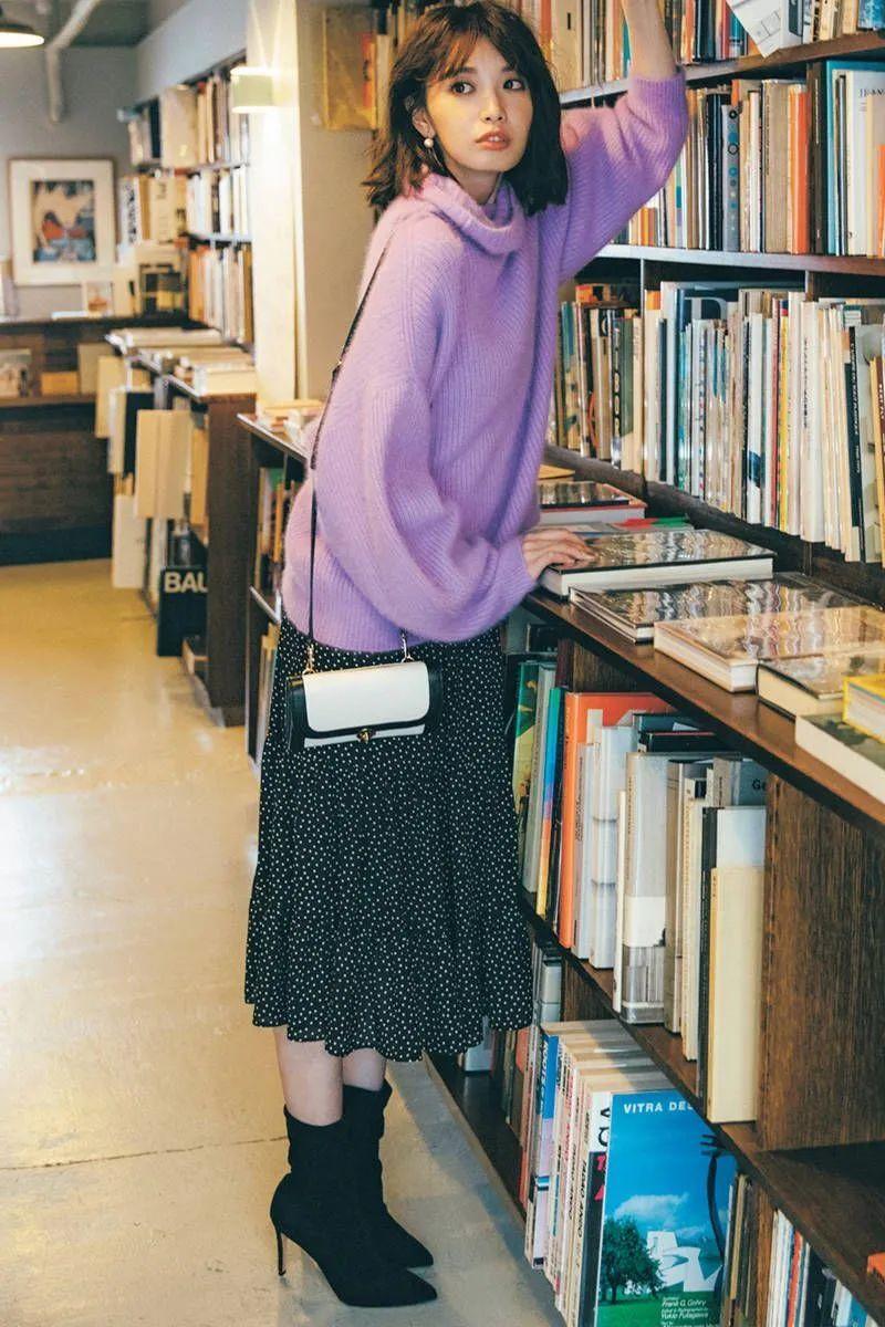 """Có 1 combo ai diện cũng đẹp vào mùa Thu đó là áo len và chân váy, nàng công sở diện đi làm hay đi chơi cũng """"hút"""" hết nấc - Ảnh 3."""