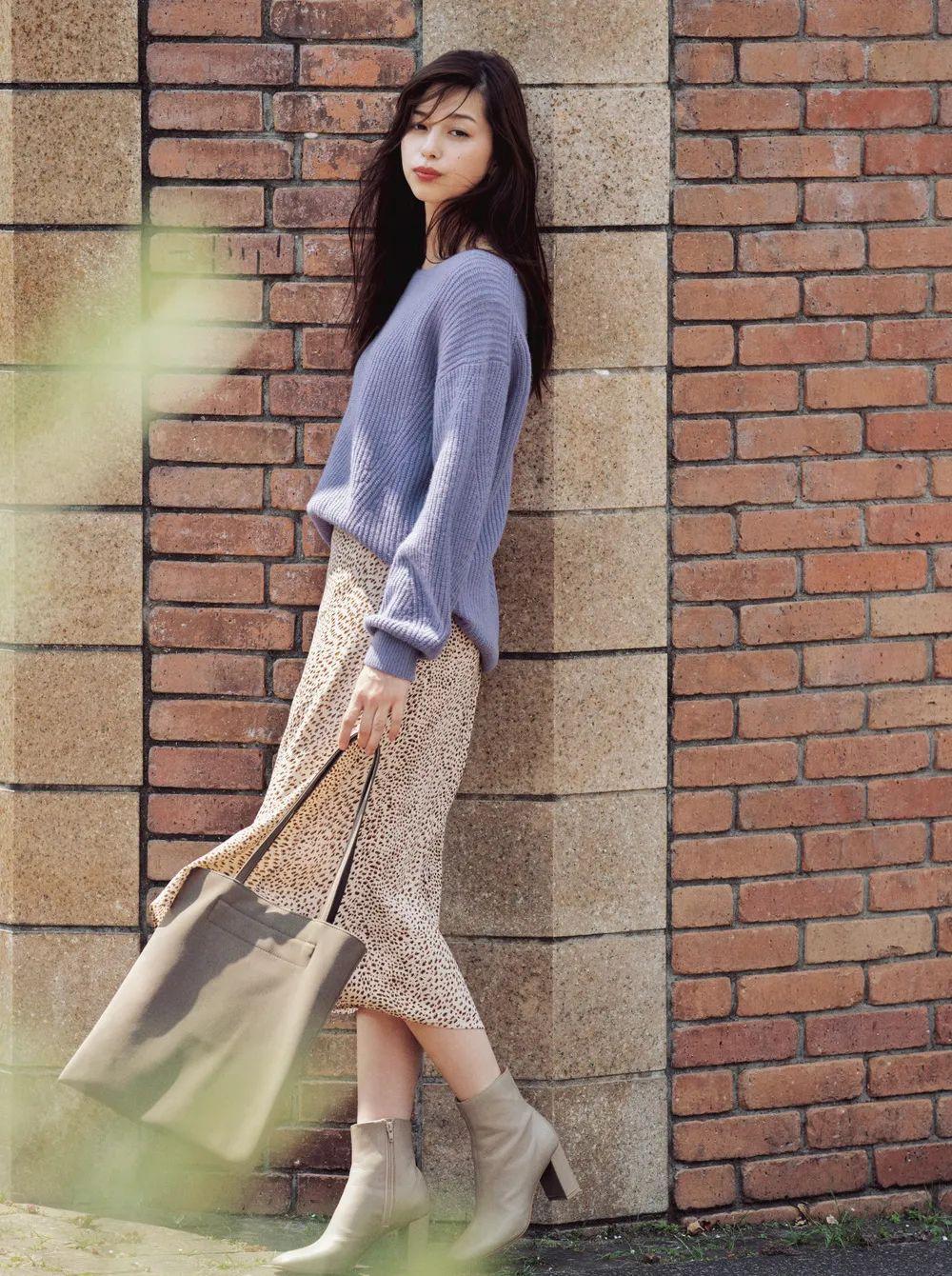"""Có 1 combo ai diện cũng đẹp vào mùa Thu đó là áo len và chân váy, nàng công sở diện đi làm hay đi chơi cũng """"hút"""" hết nấc - Ảnh 5."""