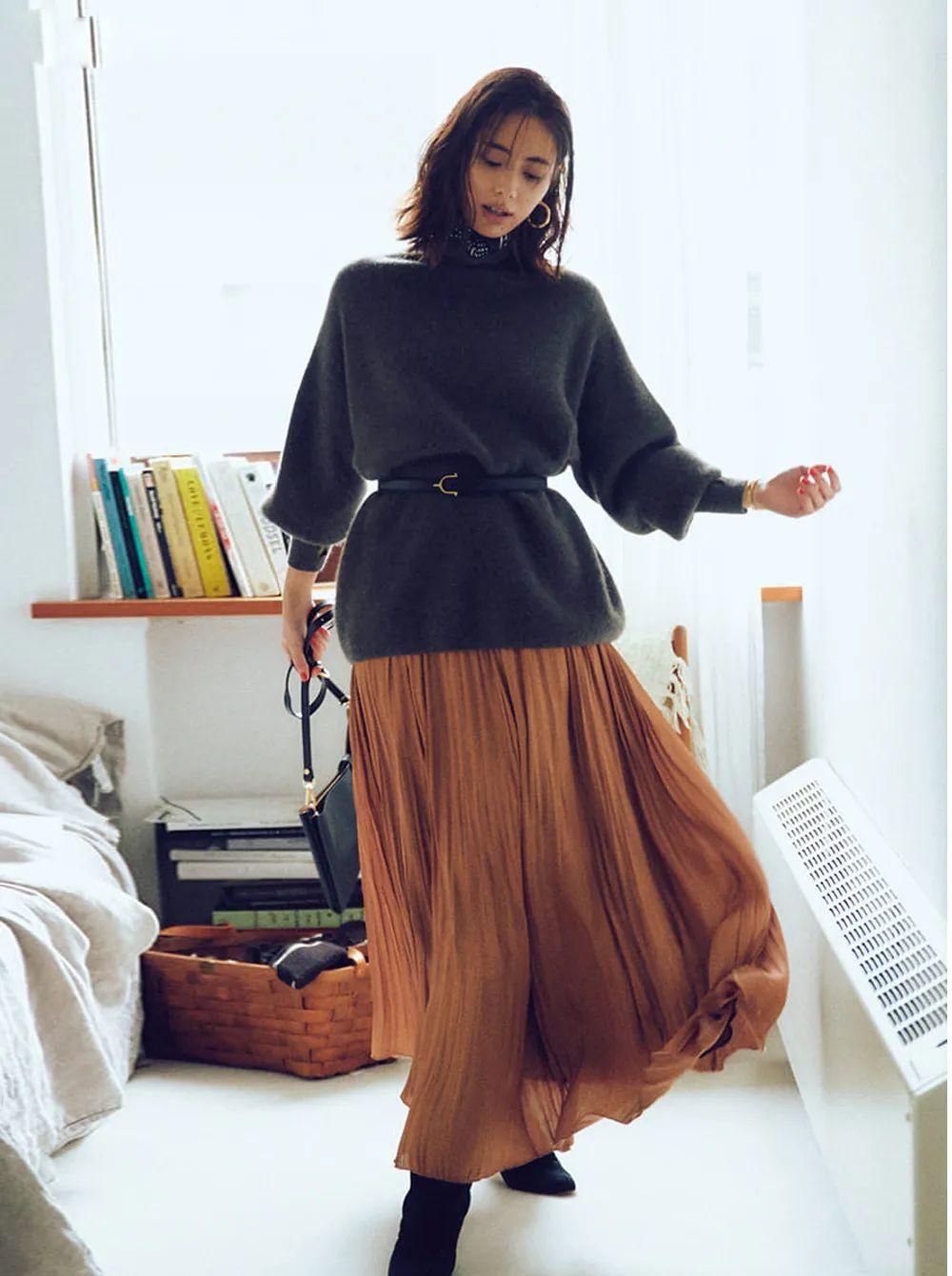 """Có 1 combo ai diện cũng đẹp vào mùa Thu đó là áo len và chân váy, nàng công sở diện đi làm hay đi chơi cũng """"hút"""" hết nấc - Ảnh 8."""