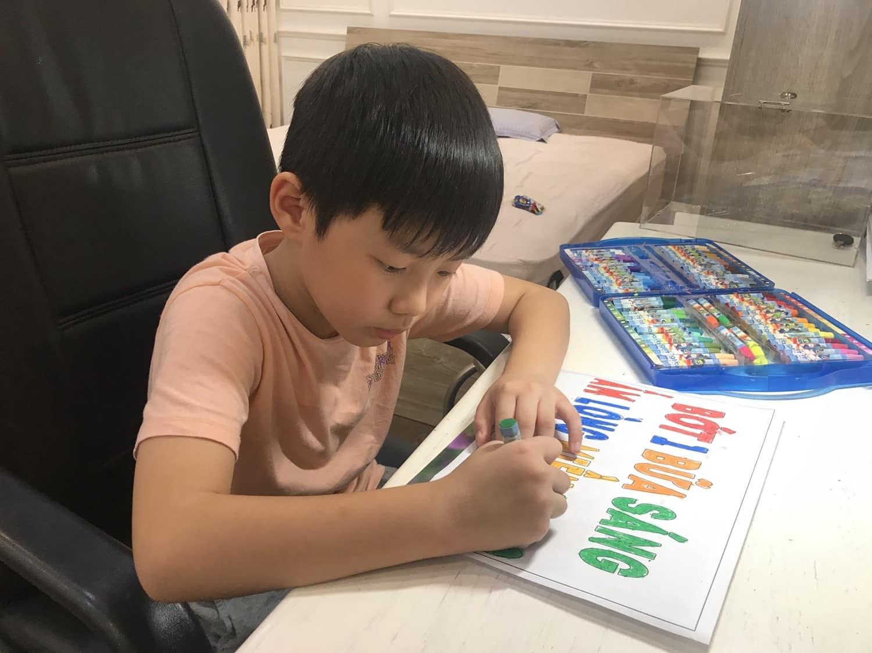"""Cậu bé học lớp 1 trong 2 ngày đã kêu gọi hơn 100 triệu ủng hộ miền Trung: Là con nghệ sĩ đình đám, đáng chú ý nhất phương pháp dạy con của bố mẹ khiến nhiều người phải """"nể"""" - Ảnh 1."""