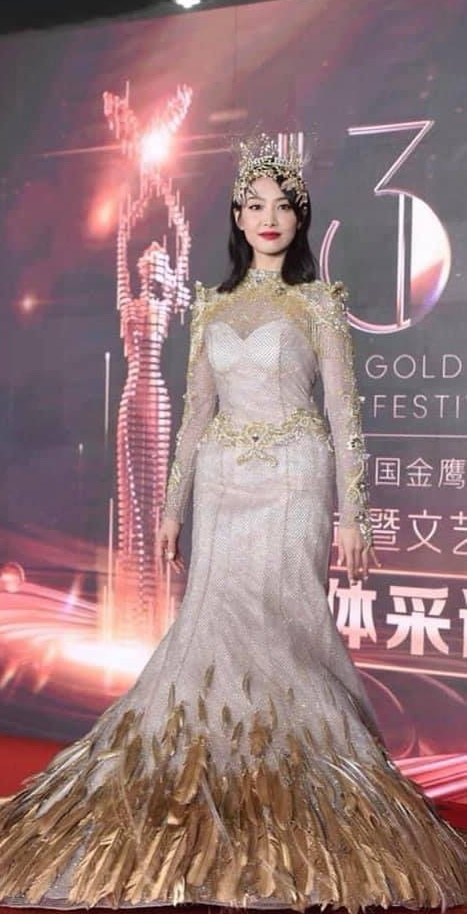 Tống Thiến mặc xấu kinh hoàng, Nữ thần Kim Ưng đẹp mê mẩn Địch Lệ Nhiệt Ba lại xuất hiện rầm rộ - Ảnh 3.