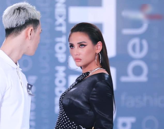 Vietnam's Next Top Model: Lộ diện thí sinh được Nam Trung - Võ Hoàng Yến thiên vị ra mặt dù phải đi catwalk 3 lần vì quá xấu - Ảnh 9.