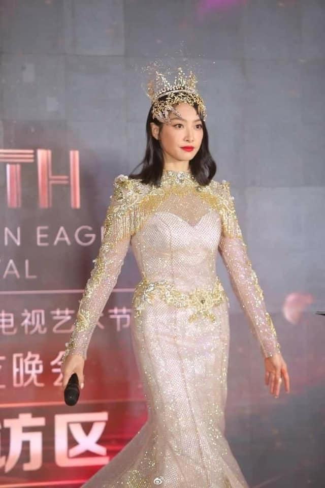 Nữ thần Kim Ưng: Lưu Diệc Phi mặc váy như rèm cửa, để mặt mộc ở 14 năm trước còn đẹp hơn Tống Thiến  - Ảnh 3.