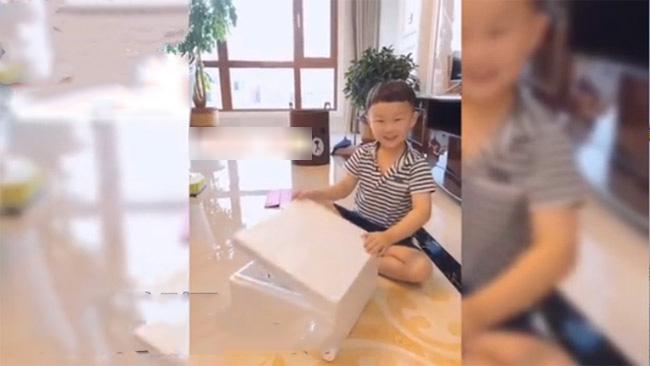 Cảm động cậu bé 6 tuổi tặng mẹ quà nhân ngày lễ tình nhân nhưng sau đó cứ khóc ròng vì lý do này - Ảnh 2.