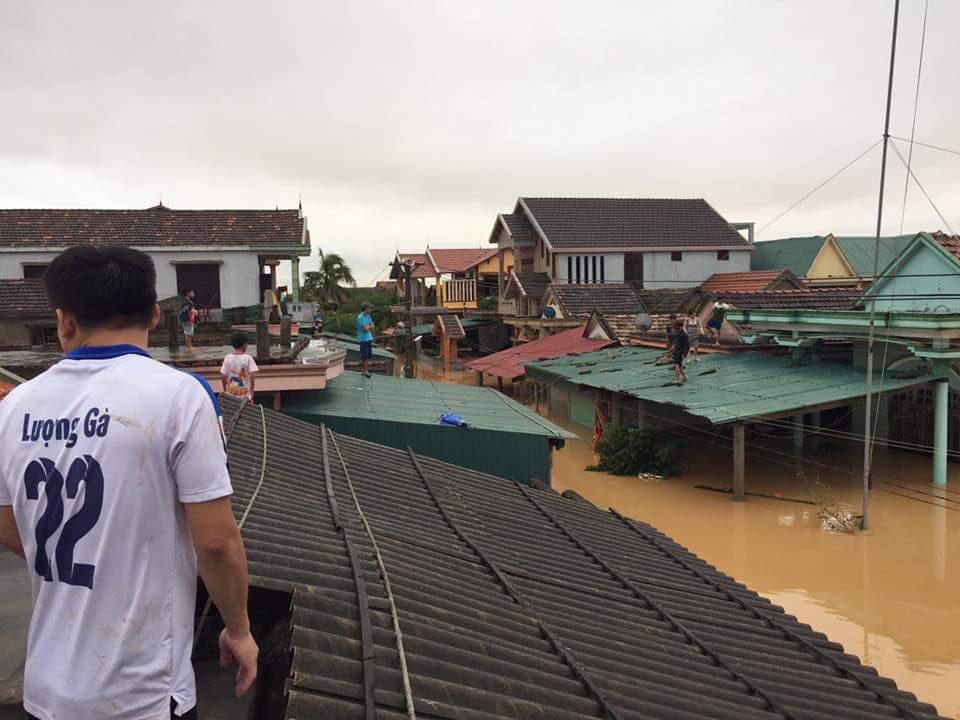 """""""Đại hồng thủy"""" nhấn chìm  gần 80.000 nhà dân Quảng Bình, 3 người chết - Ảnh 1."""
