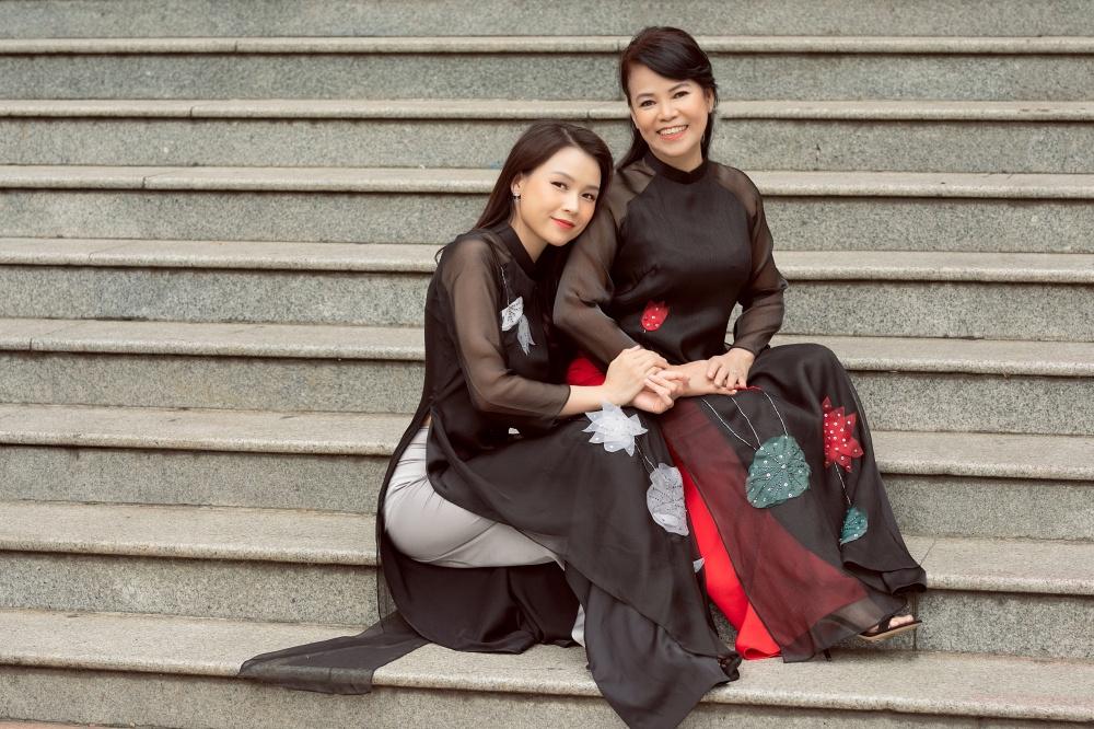Sam và mẹ khoe sắc trong những tà áo dài thướt tha dạo phố  đón chờ ngày đặc biệt sắp tới - Ảnh 7.