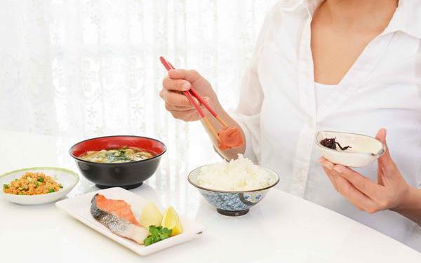 4 thói quen sau khi ăn cần phải loại bỏ ngay nếu không muốn sức khỏe bị đe dọa nghiêm trọng