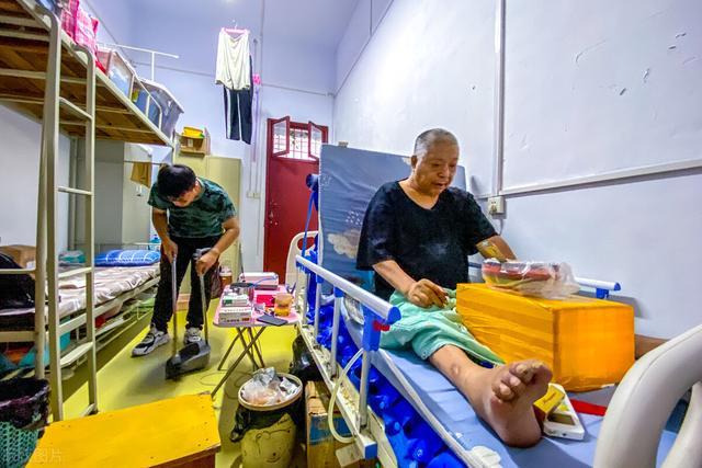 Mẹ mất sớm, con trai 13 năm ròng chăm sóc cha bị liệt, học Đại học cõng luôn cha vào ký túc xá ở cùng - Ảnh 4.