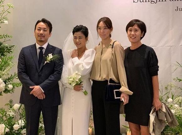 2 công thức diện đồ dự đám cưới chuyên được các sao Hàn ngoài 30 tận dụng:  - Ảnh 8.