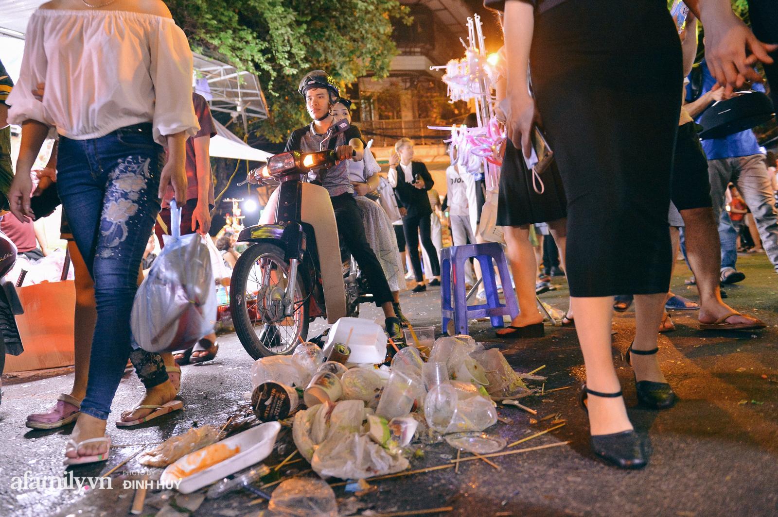 Đêm Trung thu chìm trong rác thải của cô công nhân vệ sinh trên phố cổ - Ảnh 1.