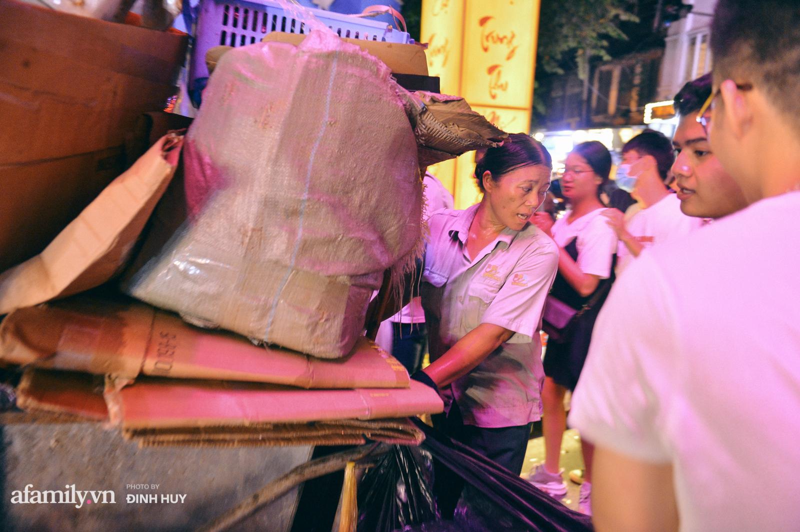 Đêm Trung thu chìm trong rác thải của cô công nhân vệ sinh trên phố cổ - Ảnh 2.