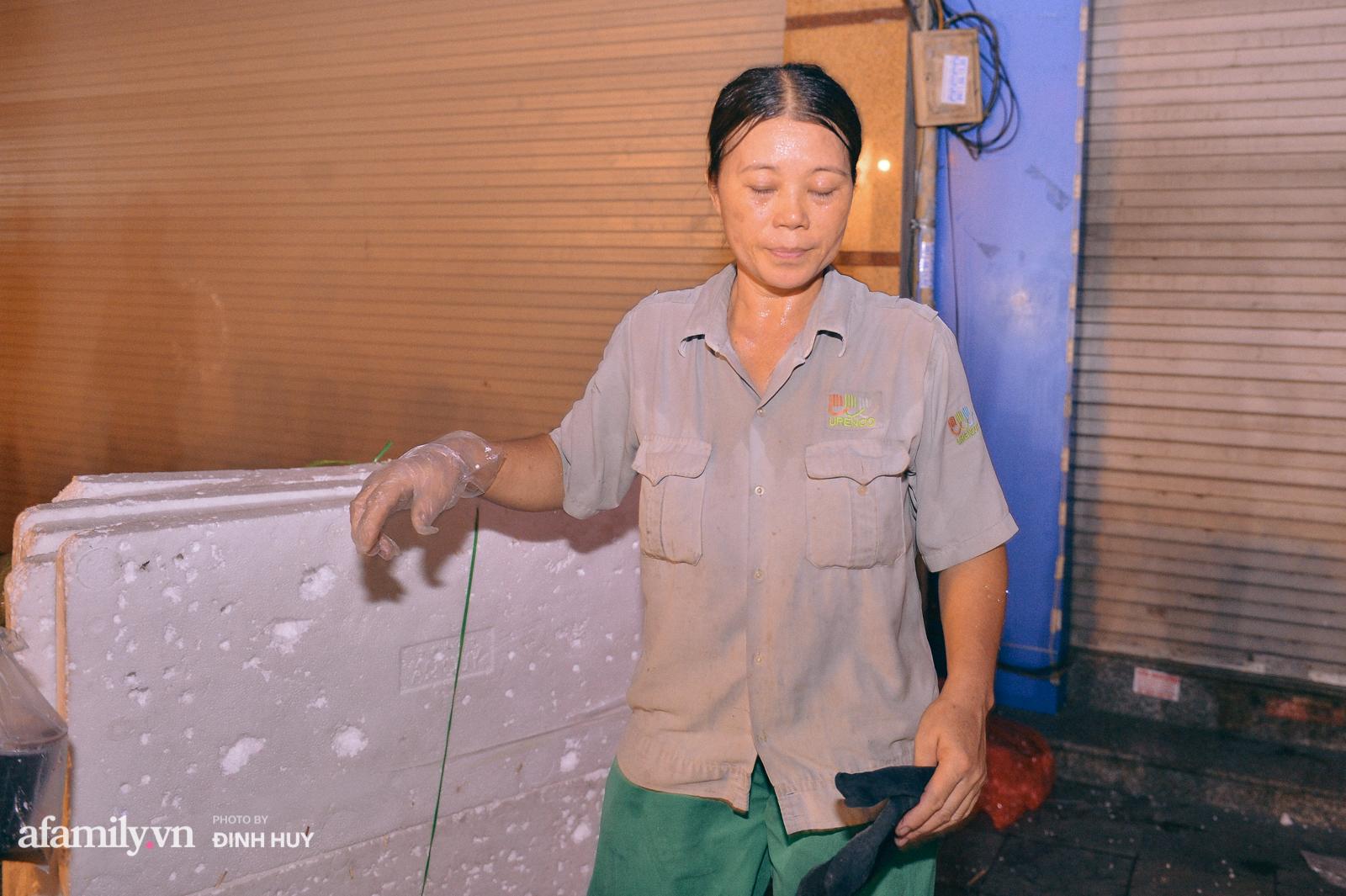 Đêm Trung thu chìm trong rác thải của cô công nhân vệ sinh trên phố cổ - Ảnh 8.