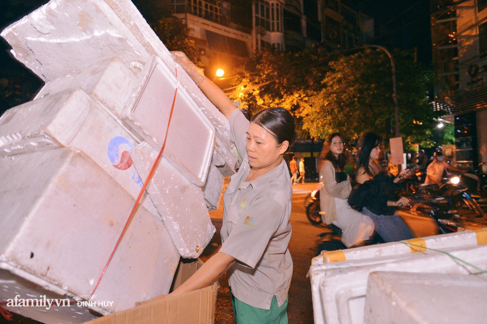 Đêm Trung thu chìm trong rác thải của cô công nhân vệ sinh trên phố cổ - Ảnh 5.
