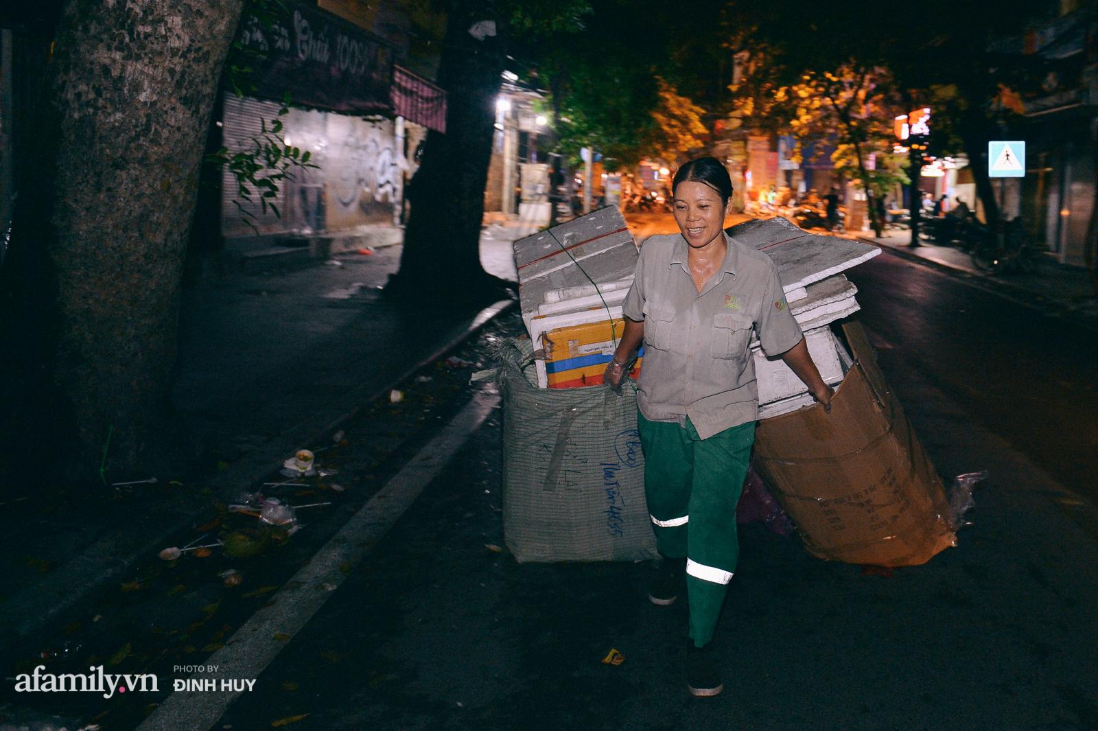 Đêm Trung thu chìm trong rác thải của cô công nhân vệ sinh trên phố cổ - Ảnh 11.