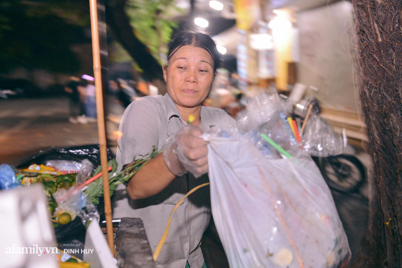 Đêm Trung thu chìm trong rác thải của cô công nhân vệ sinh trên phố cổ - Ảnh 3.
