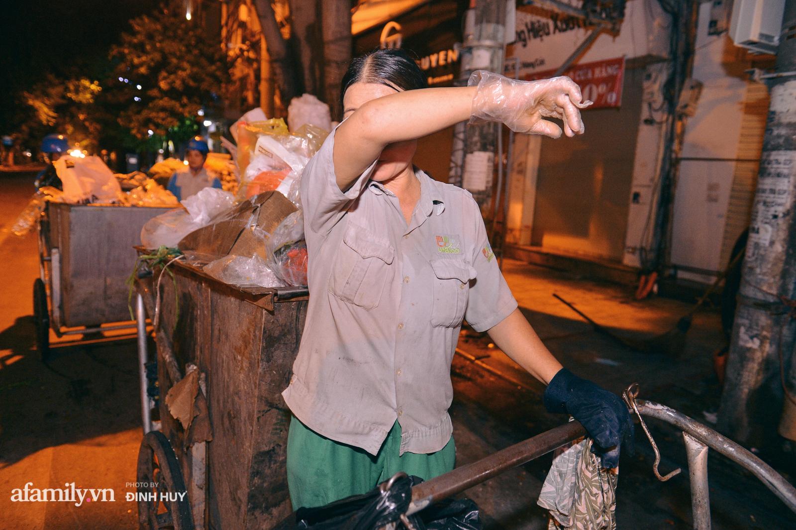 Đêm Trung thu chìm trong rác thải của cô công nhân vệ sinh trên phố cổ - Ảnh 7.