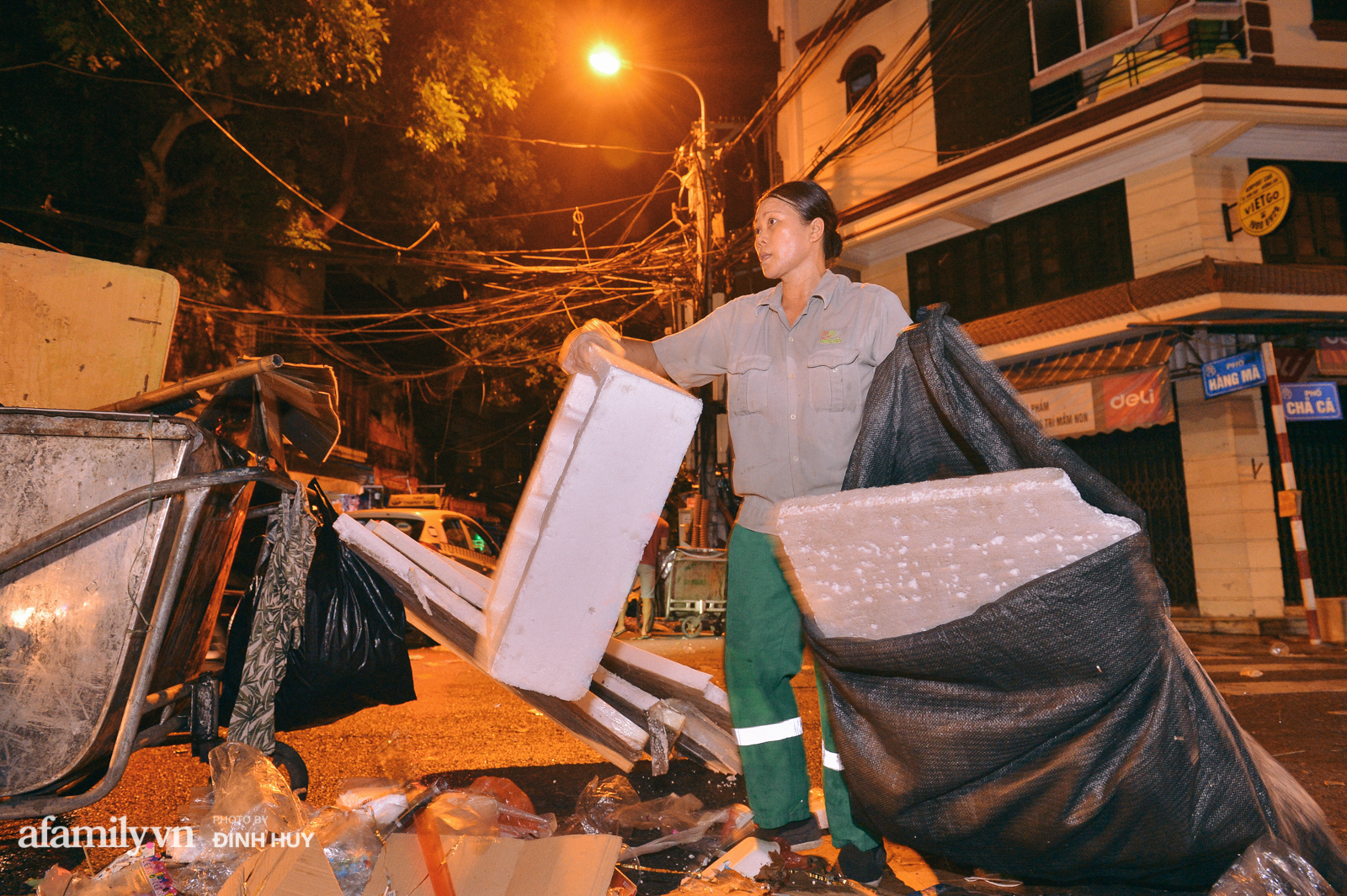 Đêm Trung thu chìm trong rác thải của cô công nhân vệ sinh trên phố cổ - Ảnh 4.