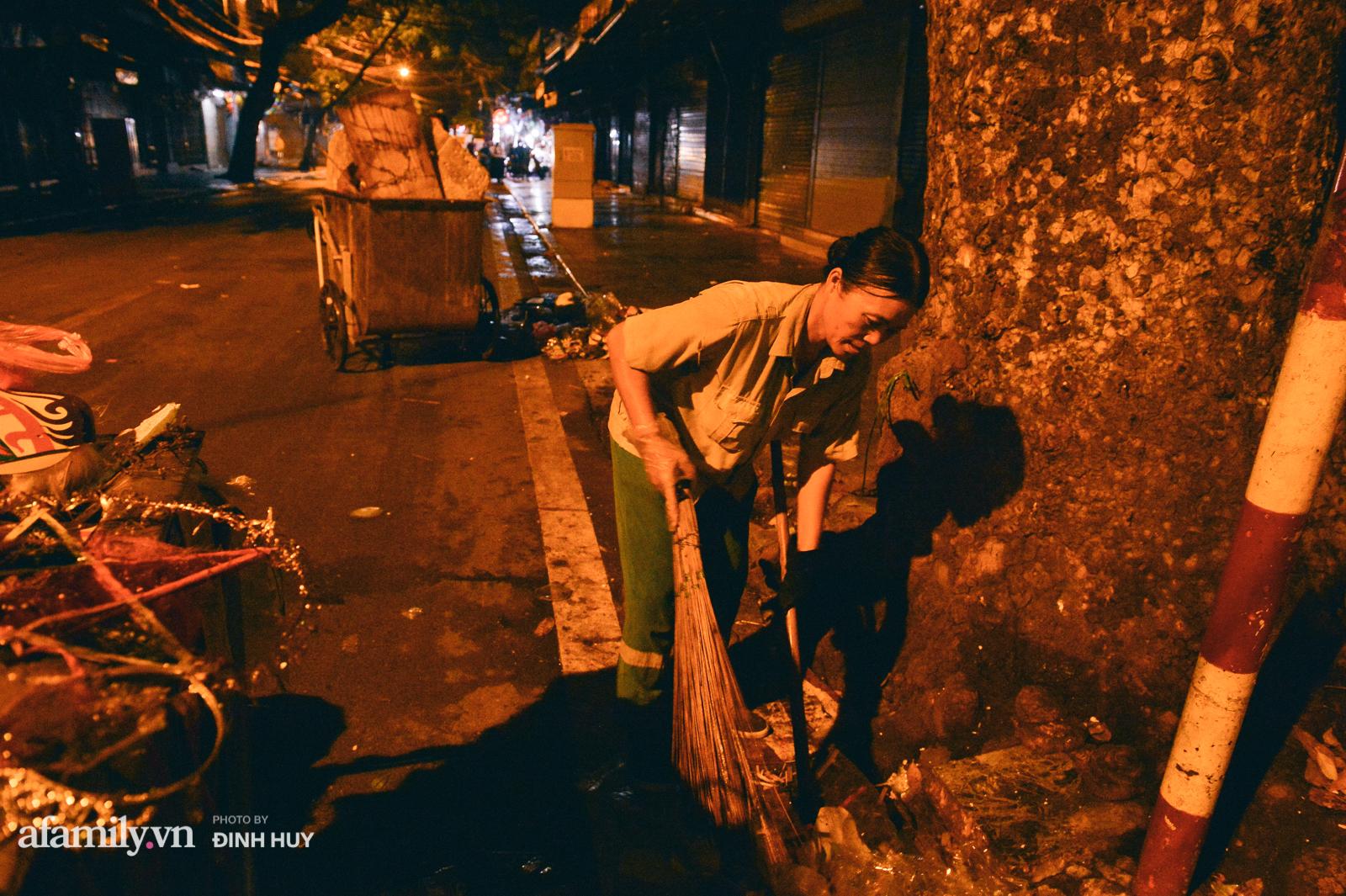 Đêm Trung thu chìm trong rác thải của cô công nhân vệ sinh trên phố cổ - Ảnh 6.