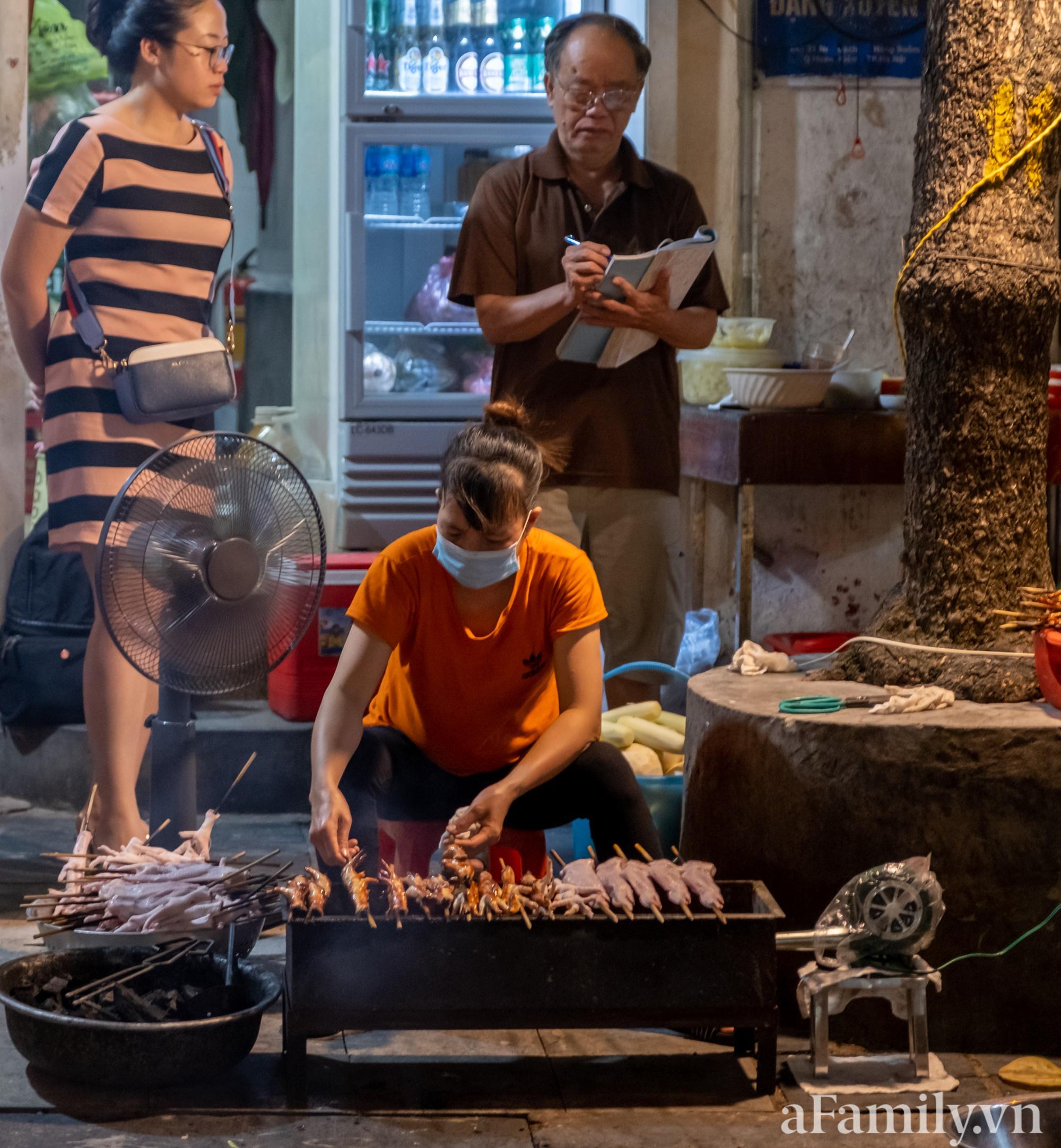 """Liều mình đến ăn thử quán chân gà nướng Ngõ Gạch mang tiếng """"vênh váo nhất Hà Nội, đợi dài cổ 30 phút mới ra đồ"""" và cái kết căng đét - Ảnh 5."""