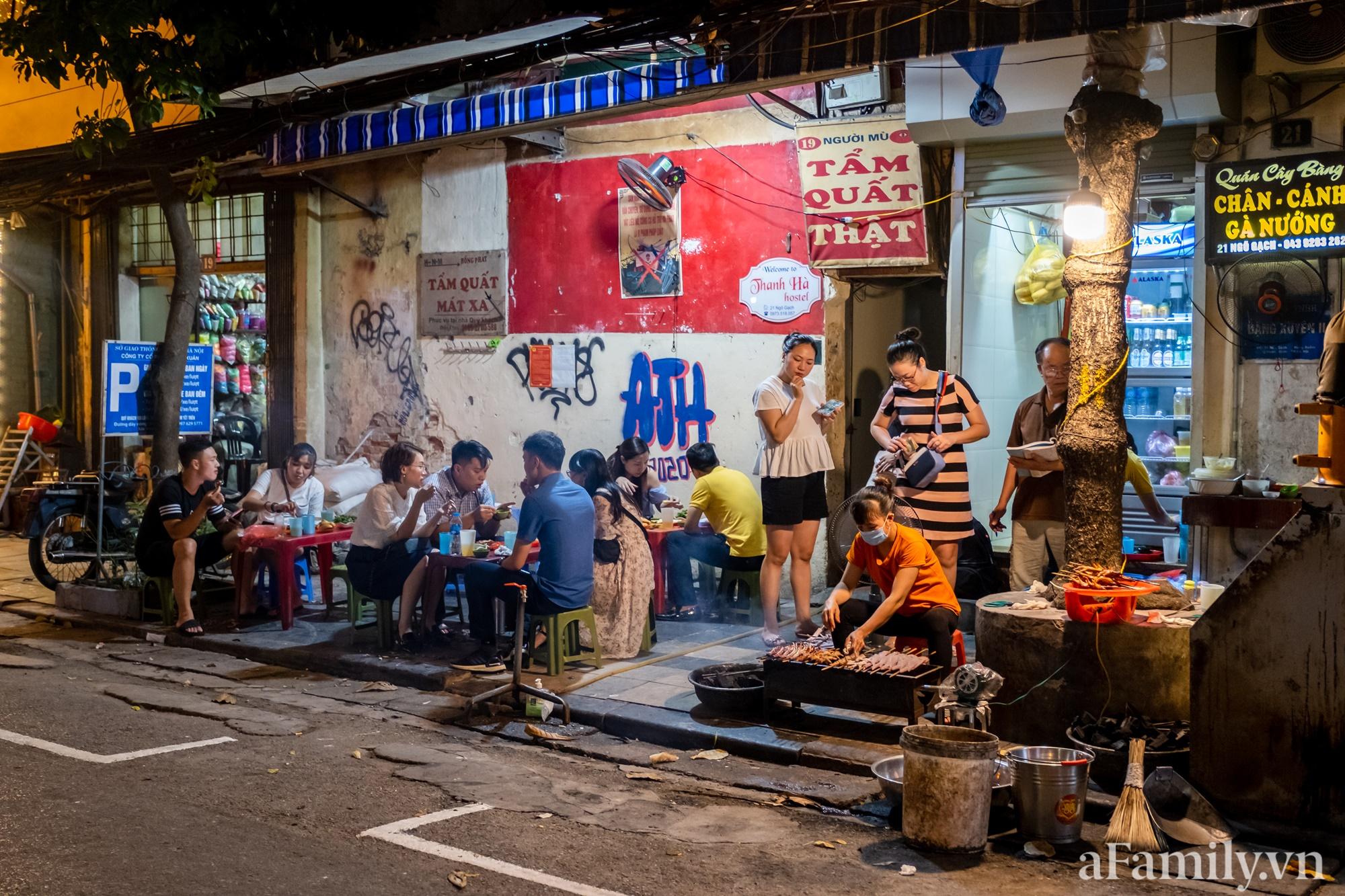 """Liều mình đến ăn thử quán chân gà nướng Ngõ Gạch mang tiếng """"vênh váo nhất Hà Nội, đợi dài cổ 30 phút mới ra đồ"""" và cái kết căng đét - Ảnh 1."""