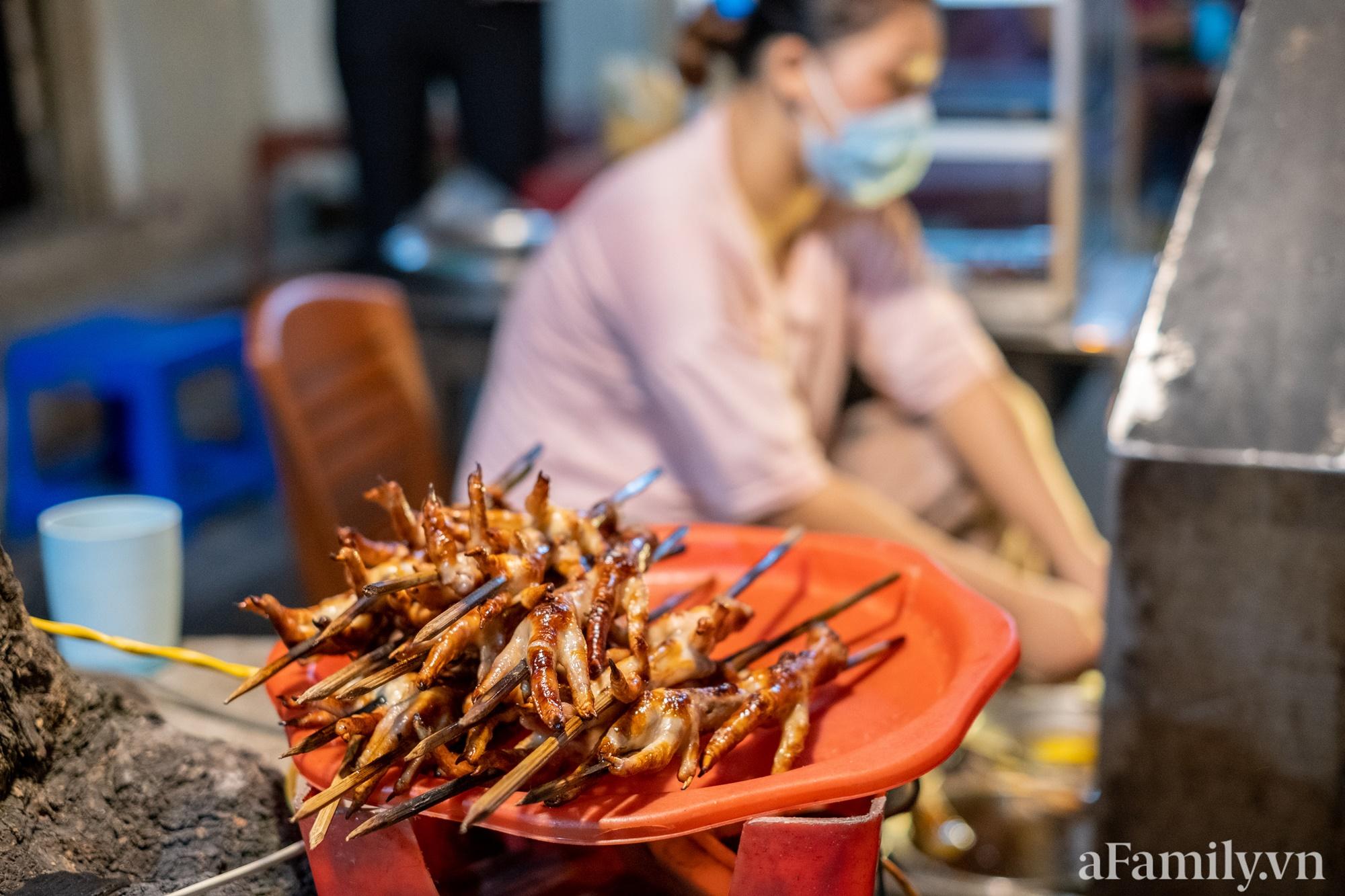 """Liều mình đến ăn thử quán chân gà nướng Ngõ Gạch mang tiếng """"vênh váo nhất Hà Nội, đợi dài cổ 30 phút mới ra đồ"""" và cái kết căng đét - Ảnh 3."""