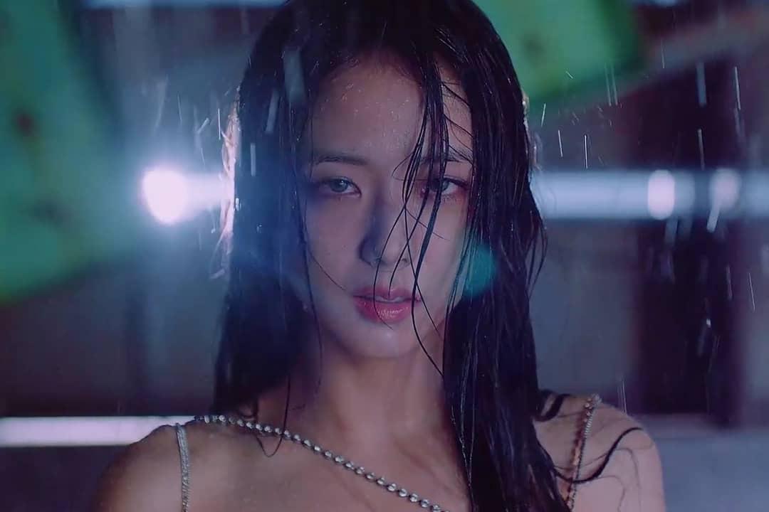 Jisoo có phân cảnh đắt giá khi diện trang phục ướt át lộ lấp ló nội y, fan tự hỏi nữ thần không ngại khoe vòng 1 rồi? - Ảnh 1.
