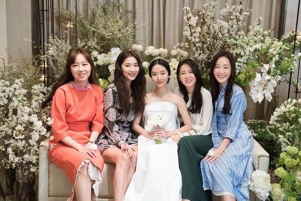 2 công thức diện đồ dự đám cưới chuyên được các sao Hàn ngoài 30 tận dụng:  - Ảnh 2.