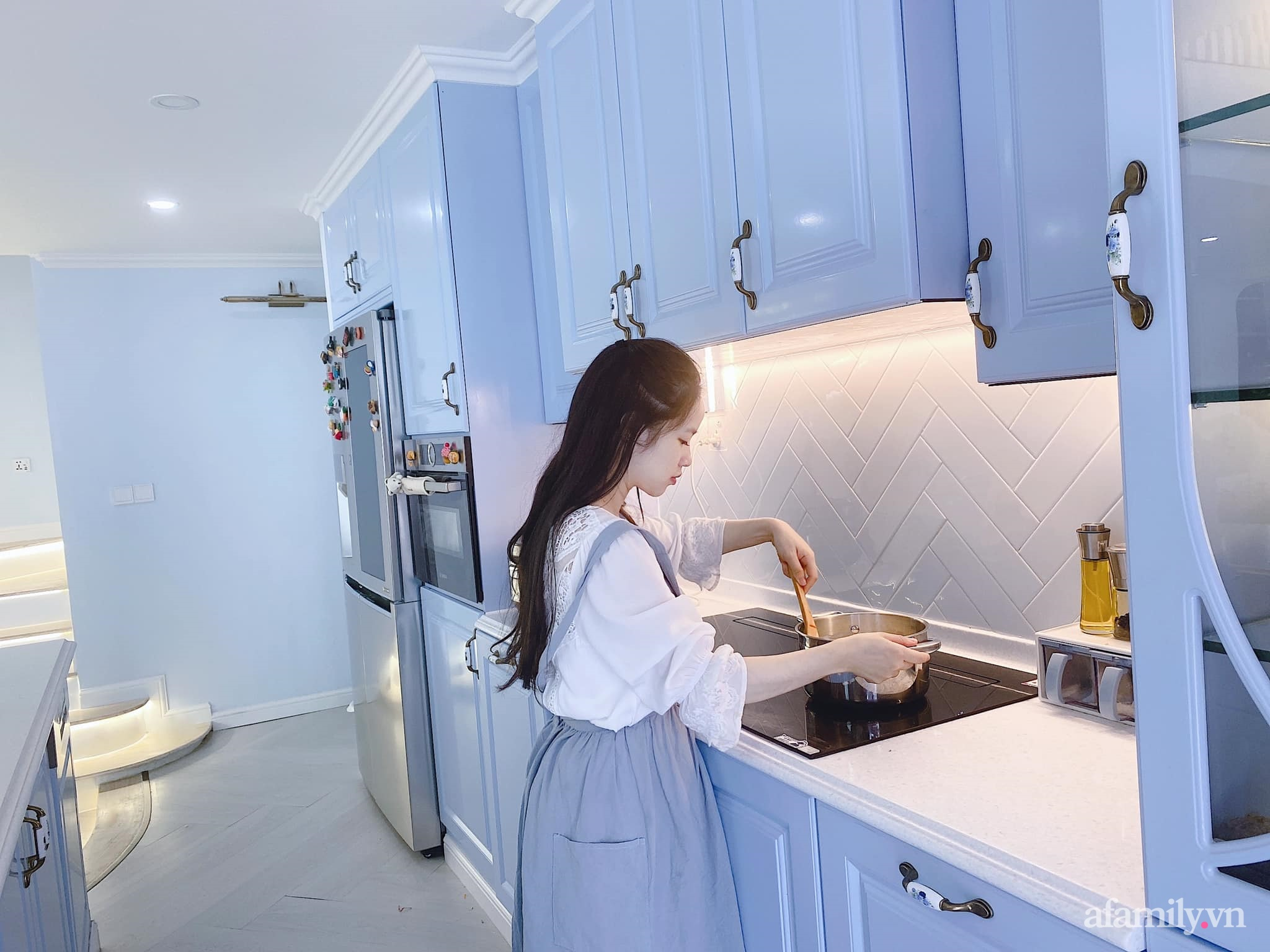 Căn bếp màu xanh yên bình, sang trọng với đủ thiết bị hiện đại của mẹ trẻ xinh đẹp Sài Thành - Ảnh 5.