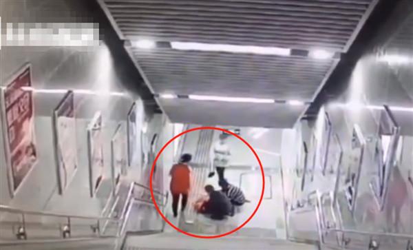 Mải mê chơi điện thoại, cô gái trượt hơn 20 bậc thang rồi đập đầu xuống đất, đoạn clip ghi lại khiến ai nhìn cũng sợ - Ảnh 1.