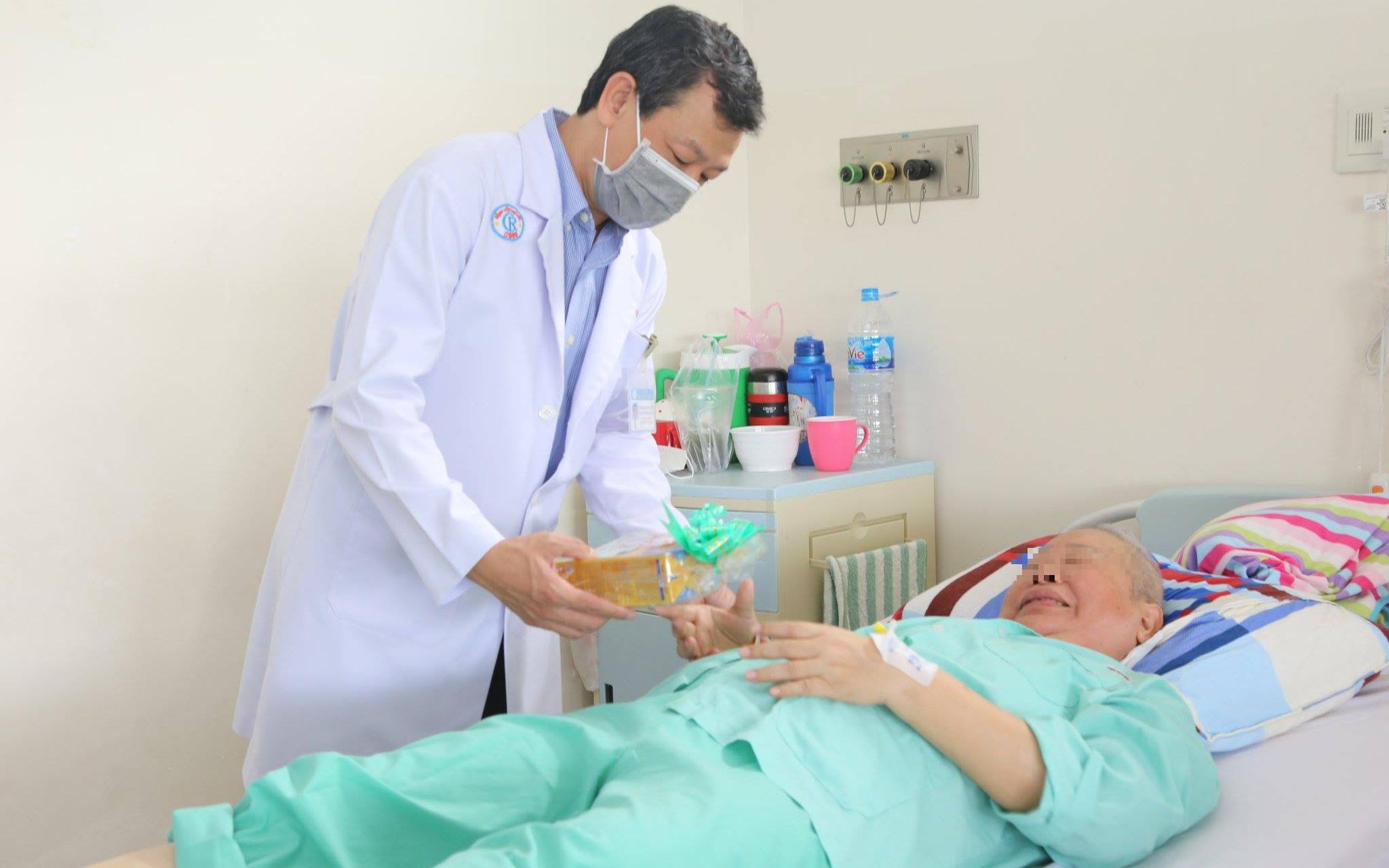 Bệnh nhân ung thư xúc động nghẹn ngào khi Giám đốc bệnh viện đến tận giường bệnh tặng quà ngày Phụ nữ Việt Nam